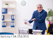 Old male employee and too much work in the office. Стоковое фото, фотограф Elnur / Фотобанк Лори