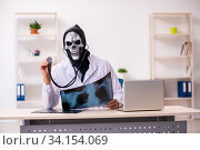 Купить «Male devil doctor radiologist working in the clinic», фото № 34154069, снято 3 февраля 2020 г. (c) Elnur / Фотобанк Лори