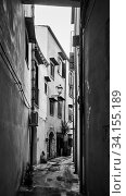 Old narrow side street in Palermo (2019 год). Стоковое фото, фотограф Роман Сигаев / Фотобанк Лори