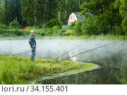 Купить «Мужчина ловит рыбу на берегу пруда», фото № 34155401, снято 17 июня 2020 г. (c) Игорь Низов / Фотобанк Лори
