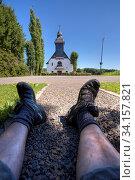 Beine mit Trekkingschuhen vor Kapelle, Blauer Himmel. Стоковое фото, фотограф Zoonar.com/© Jens Schmitz / age Fotostock / Фотобанк Лори