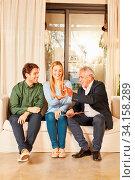 Junges Paar erhält Schlüssel für Wohnung vom Makler beim Umzug. Стоковое фото, фотограф Zoonar.com/Robert Kneschke / age Fotostock / Фотобанк Лори