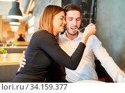 Junge Frau füttert liebevoll ihren Freund beim Abendessen im Restaurant. Стоковое фото, фотограф Zoonar.com/Robert Kneschke / age Fotostock / Фотобанк Лори