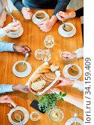 Leute essen Suppe zusammen zum Mittagessen oder Abendessen im Restaurant. Стоковое фото, фотограф Zoonar.com/Robert Kneschke / age Fotostock / Фотобанк Лори