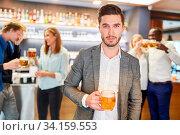 Junger trauriger Mann in einer Kneipe oder einem Pub mit einem Glas Bier. Стоковое фото, фотограф Zoonar.com/Robert Kneschke / age Fotostock / Фотобанк Лори