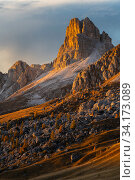 Sunset light on spires at Passo Giau, Dolomites, Italy, October 2019. Стоковое фото, фотограф John Shaw / Nature Picture Library / Фотобанк Лори