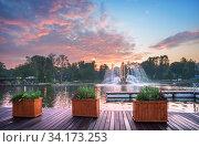 Москва, ВДНХ. Фонтан Золотой Колос на фоне розового закатного неба. Редакционное фото, фотограф Baturina Yuliya / Фотобанк Лори