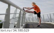 Купить «Sporty Caucasian man training on a bridge», видеоролик № 34180029, снято 30 мая 2019 г. (c) Wavebreak Media / Фотобанк Лори