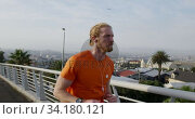 Sporty Caucasian man training on a bridge. Стоковое видео, агентство Wavebreak Media / Фотобанк Лори