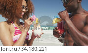 African american couple drinking cocktail seaside. Стоковое видео, агентство Wavebreak Media / Фотобанк Лори