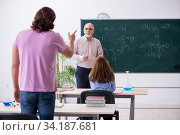 Old chemist teacher and two students in the classroom. Стоковое фото, фотограф Elnur / Фотобанк Лори