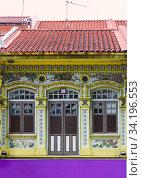 Разноцветные дома с разрисованными окнами и ставнями в историческом квартале Маленькая индия в Сингапуре. Стоковое фото, фотограф Василий Князев / Фотобанк Лори