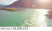 Купить «Low altitude flight over fresh fast mountain river with rocks at sunny summer morning.», видеоролик № 34208013, снято 29 марта 2019 г. (c) Александр Маркин / Фотобанк Лори
