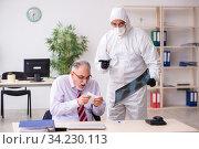Old employee catching coronavirus at workplace. Стоковое фото, фотограф Elnur / Фотобанк Лори
