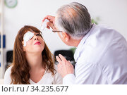 Young woman visiting old male doctor ophthalmologist. Стоковое фото, фотограф Elnur / Фотобанк Лори