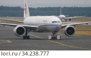 Купить «Boeing 777 towing from service», видеоролик № 34238777, снято 20 июля 2017 г. (c) Игорь Жоров / Фотобанк Лори