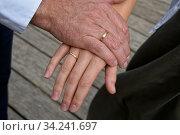 Hände eines frisch getrauten paares mit Eheringen aus Gold. Стоковое фото, фотограф Zoonar.com/claudia moeckel / easy Fotostock / Фотобанк Лори