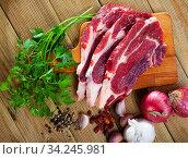 Sliced raw veal steak with fresh parsley. Стоковое фото, фотограф Яков Филимонов / Фотобанк Лори