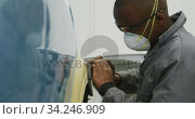 Male car mechanic wearing face mask working. Стоковое видео, агентство Wavebreak Media / Фотобанк Лори