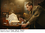 Detective with tweezers puts the evidence in a bag. Стоковое фото, фотограф Tryapitsyn Sergiy / Фотобанк Лори