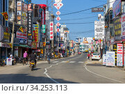 Купить «Солнечный день на Мэйн стрит. Современный Негомбо, Шри-Ланка», фото № 34253113, снято 3 февраля 2020 г. (c) Виктор Карасев / Фотобанк Лори