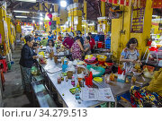 Food court, Cho Hoi An, Central market hall, old town, Hoi An, Vietnam, Asia. Редакционное фото, фотограф Peter Erik Forsberg / age Fotostock / Фотобанк Лори