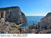 Die imposante felsige Steilkueste im Naturpark Porto Conte an der Kueste im Nordosten der Insel Sardinien im Mittelmeer. Стоковое фото, фотограф Zoonar.com/JOACHIM G. PINKAWA / easy Fotostock / Фотобанк Лори