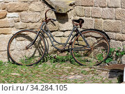 Old rusty bicycle parked against a wall altes rostiges Fahrrad an einer Mauer abgestellt. Стоковое фото, фотограф Zoonar.com/Hepp Eric / easy Fotostock / Фотобанк Лори