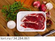 Raw boneless beef with seasonings prepared for roasting. Стоковое фото, фотограф Яков Филимонов / Фотобанк Лори