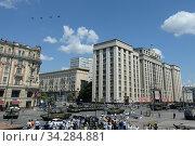 Купить «Российские многоцелевые истребители пятого поколения Су-57 в небе над Москвой во время парада, посвященного 75-летию Победы в Великой Отечественной войне», фото № 34284881, снято 24 июня 2020 г. (c) Free Wind / Фотобанк Лори