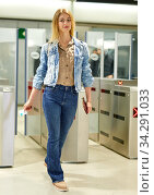 Blonde with long hair passing the turnstiles at subway station. Стоковое фото, фотограф Яков Филимонов / Фотобанк Лори