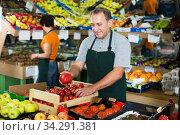 Seller is offering red tomatos. Стоковое фото, фотограф Яков Филимонов / Фотобанк Лори