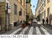 View of the Via Gesu Street in the historical town centre. Pedestrian crosswalk. City of Milan, region of Lombardy, Italy, Europe. (2018 год). Редакционное фото, фотограф Bala-Kate / Фотобанк Лори