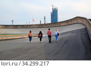 Turin, Italien, Personen auf der ehemaligen Testfahrstrecke auf dem Dach der Fabrik Fiat Lingotto. Стоковое фото, фотограф Zoonar.com/Erich Meyer / age Fotostock / Фотобанк Лори