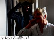 Verbrecher bei Überfall mit Messer hinter Frau als Opfer. Стоковое фото, фотограф Zoonar.com/Robert Kneschke / age Fotostock / Фотобанк Лори