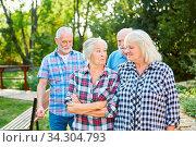 Senioren als entspannte Rentner gehen spazieren im Sommer im Park. Стоковое фото, фотограф Zoonar.com/Robert Kneschke / age Fotostock / Фотобанк Лори