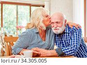 Verliebte Seniorin küsst ihren Freund liebevoll auf die Stirn im Seniorenheim. Стоковое фото, фотограф Zoonar.com/Robert Kneschke / age Fotostock / Фотобанк Лори