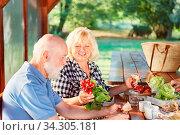 Senioren Paar beim gesunden Frühstück mit viel frischem Gemüse im Sommer. Стоковое фото, фотограф Zoonar.com/Robert Kneschke / age Fotostock / Фотобанк Лори