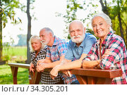Gruppe Senioren als Rentner im Sommer auf einem Ausflug am Wochenende. Стоковое фото, фотограф Zoonar.com/Robert Kneschke / age Fotostock / Фотобанк Лори