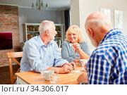 Senioren als Rentner und Freunde beim Puzzle spielen im Altersheim. Стоковое фото, фотограф Zoonar.com/Robert Kneschke / age Fotostock / Фотобанк Лори