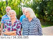 Gruppe Senioren als Rentner und Freunde auf einem Spaziergang in der Natur. Стоковое фото, фотограф Zoonar.com/Robert Kneschke / age Fotostock / Фотобанк Лори