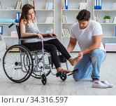 Patient undergoing rehabilitation recovery programme with doctor. Стоковое фото, фотограф Elnur / Фотобанк Лори