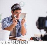 DIY blogger recording video of woorworking hobby. Стоковое фото, фотограф Elnur / Фотобанк Лори