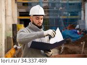 Foreman making task list during building works. Стоковое фото, фотограф Яков Филимонов / Фотобанк Лори