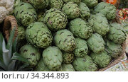 Купить «Fresh whole artichokes for sale on display of farmer market», видеоролик № 34344893, снято 13 февраля 2020 г. (c) Яков Филимонов / Фотобанк Лори