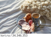 croissant, coffee and eye sleeping mask in bed. Стоковое фото, фотограф Syda Productions / Фотобанк Лори