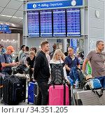 Viele Menschen zur Ferienzeit im Terminalgebaeude des Flughafen Duesseldorf... Стоковое фото, фотограф Zoonar.com/Stefan Ziese / age Fotostock / Фотобанк Лори