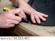 Leder wird in Sattlerei von Handwerkerin mit Stanleymesser zugeschnitten... Стоковое фото, фотограф Zoonar.com/Alfred Hofer / easy Fotostock / Фотобанк Лори