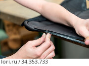 Leder wird in Sattlerei zugeschnitten mit Stanleymesser - Lederverarbeitung... Стоковое фото, фотограф Zoonar.com/Alfred Hofer / easy Fotostock / Фотобанк Лори