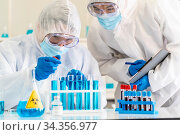 Scientists use dropper to drop chemical reagent to test tube in tube... Стоковое фото, фотограф Zoonar.com/Vichie81 / easy Fotostock / Фотобанк Лори